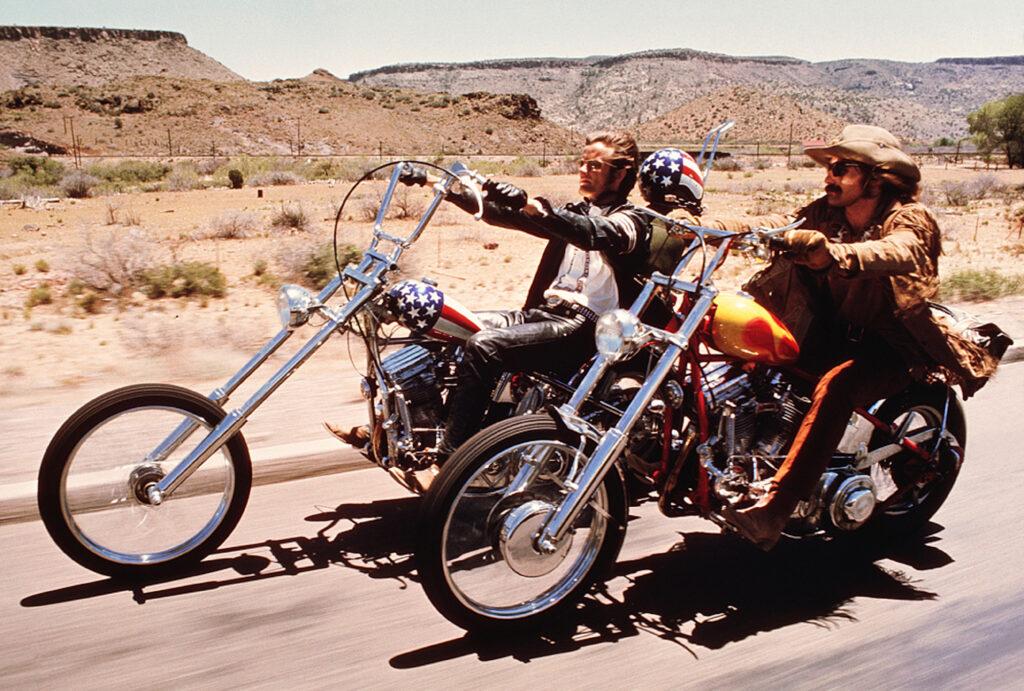 Still-kuva vuoden 1969 elokuvasta Easy Rider. California -kiertonäyttely Lontoon designmuseosta.