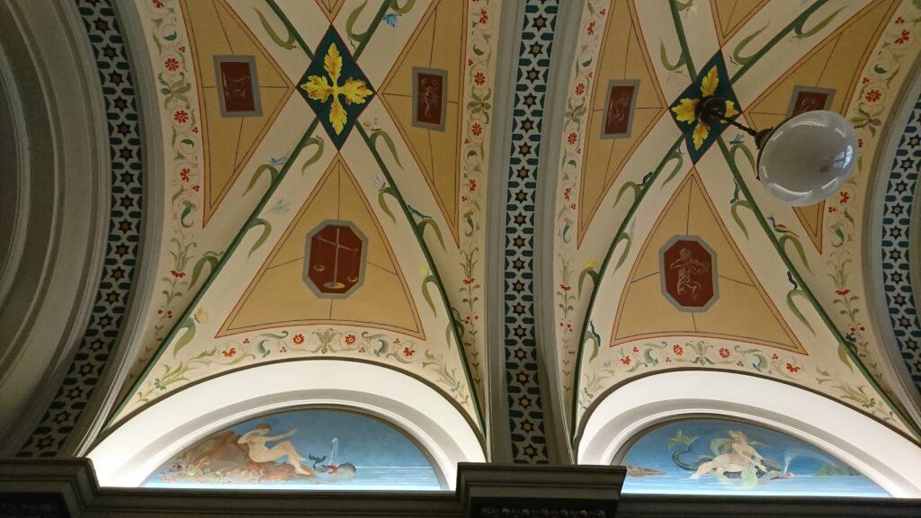 Kattomaalaukset Korkeavuorenkatu 35:n porraskäytävässä