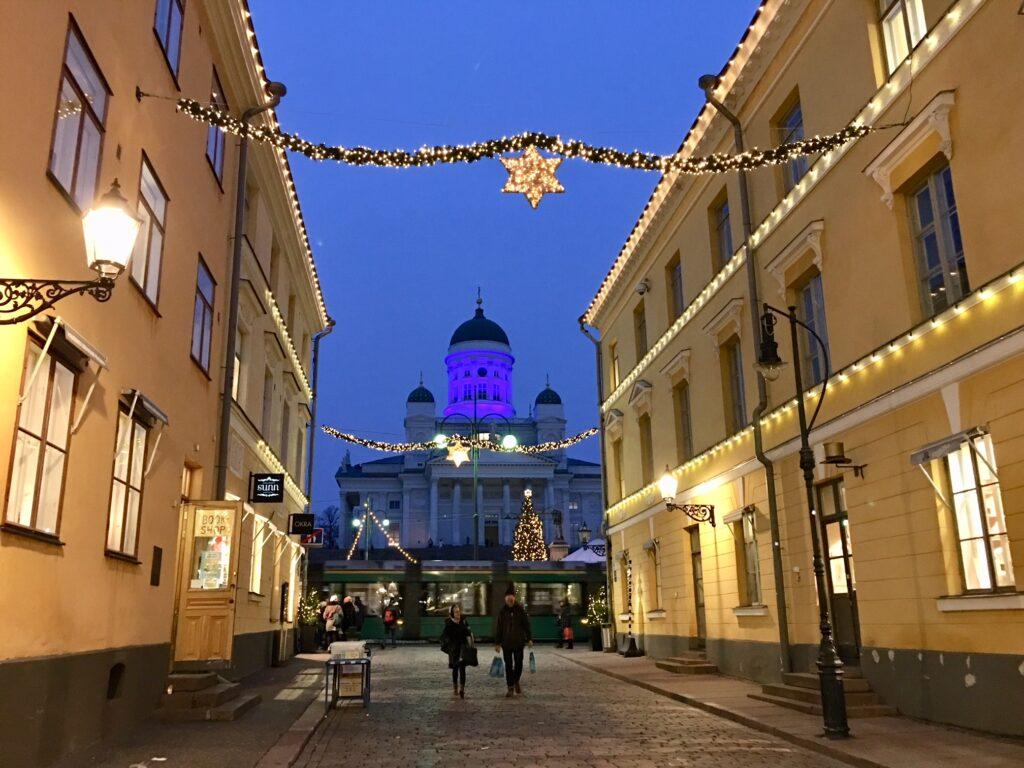 Helsingin tuomiokirkko iltahämärässä