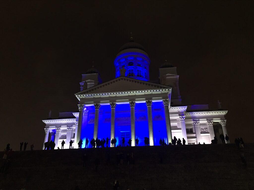 Helsingin tuomiokirkko iltavalaistuksessa